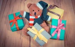 葡萄酒照片、玩具熊与五颜六色的礼物圣诞节的或其他庆祝 库存照片