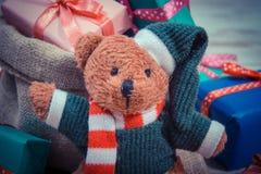 葡萄酒照片、玩具熊与五颜六色的礼物圣诞节的或其他庆祝 免版税库存图片