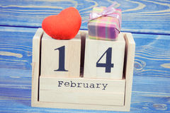 葡萄酒照片、立方体日历与礼物和红色心脏,情人节 库存图片