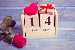 葡萄酒照片、立方体日历与礼物,红色心脏和玫瑰色花,情人节 免版税图库摄影