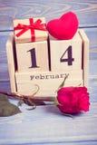 葡萄酒照片、立方体日历与礼物,红色心脏和玫瑰色花,情人节 免版税库存照片