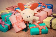 葡萄酒照片、长毛绒驯鹿与五颜六色的礼物圣诞节的或其他庆祝 免版税库存图片