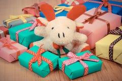 葡萄酒照片、长毛绒驯鹿与五颜六色的礼物圣诞节的或其他庆祝 库存图片