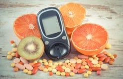 葡萄酒照片、Glucometer、果子和五颜六色的医疗药片、糖尿病、健康生活方式和营养 库存照片