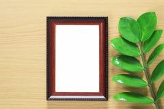 葡萄酒照片在棕色木floo安置的框架和绿色叶子 库存图片
