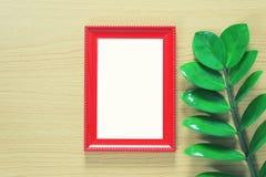 葡萄酒照片在棕色木floo安置的框架和绿色叶子 库存照片