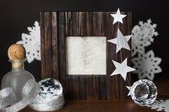 葡萄酒照片框架和银色白色圣诞节装饰在bla 库存图片