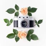 葡萄酒照片照相机、橙色玫瑰和绿色叶子,顶视图 平的位置 库存图片