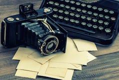 葡萄酒照片照相机和打字机 被定调子的减速火箭 免版税库存照片