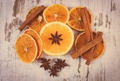 葡萄酒照片,干和新鲜的桔子用在老木背景的香料 库存图片