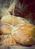 葡萄酒照片,新近地被烘烤的传统大面包在摊位的黑麦面包 免版税库存图片