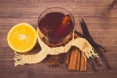 葡萄酒照片,杯被仔细考虑的酒包裹了围巾用新鲜的芬芳香料 免版税库存图片