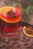葡萄酒照片,被仔细考虑的酒为圣诞节或冬天晚上用香料和云杉的分支 免版税库存图片