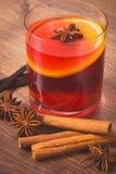 葡萄酒照片,被仔细考虑的酒在冬天晚上用新鲜的芬芳香料 免版税库存图片