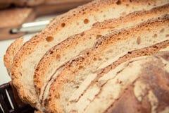 葡萄酒照片,黑麦或麦子面包新鲜的自创被烘烤的传统大面包的部分  免版税库存图片