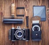 葡萄酒照相机、曝光表和影片摄影另一诱捕  摄影师` s书桌 免版税库存照片