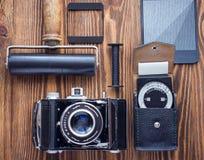 葡萄酒照相机、曝光表和影片摄影另一诱捕  摄影师` s书桌 库存图片