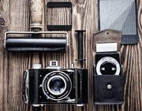 葡萄酒照相机、曝光表和影片摄影另一诱捕  摄影师` s书桌 免版税库存图片