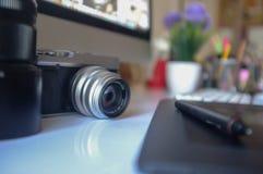 葡萄酒照相机和现代台式计算机 库存图片