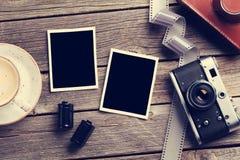 葡萄酒照相机和空白的照片框架 图库摄影