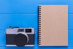 葡萄酒照相机和笔记本纸 库存照片