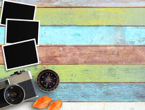 葡萄酒照相机和老空白的照片框架在办公桌上 免版税库存图片