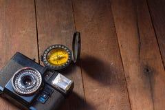 葡萄酒照相机木背景 免版税库存照片