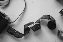 葡萄酒照相机,影片,在白色桌,拷贝空间上的减速火箭的透镜,黑白 免版税库存图片