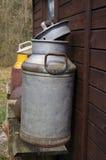葡萄酒牛奶罐头 免版税库存照片