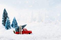 葡萄酒玩具卡车和圣诞树 库存照片
