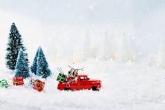 葡萄酒玩具卡车和圣诞节礼物 库存图片