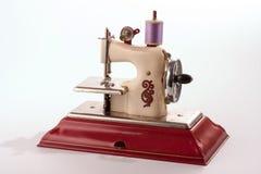葡萄酒玩具缝纫机 图库摄影