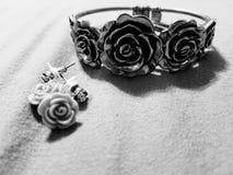 葡萄酒玫瑰色镯子和耳环 库存照片