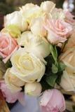 葡萄酒玫瑰花束安排婚姻的装饰 免版税图库摄影