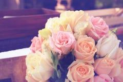 葡萄酒玫瑰花束安排婚姻的装饰 库存图片