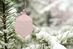 葡萄酒玻璃轻轻地变粉红色圣诞树玩具 库存图片