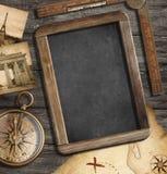 葡萄酒珍宝映射,黑板,老指南针 免版税库存照片