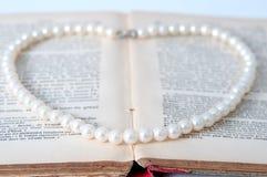 葡萄酒珍珠和书 免版税库存照片