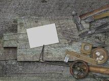 葡萄酒珠宝商工具,在长木凳的名片 免版税库存图片