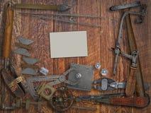 葡萄酒珠宝商工具,金刚石,在木墙壁的名片 免版税图库摄影