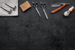 葡萄酒理发店工具 剃刀, sciccors,在黑背景顶视图copyspace的刷子 免版税库存图片