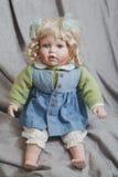 葡萄酒瓷灰色织品背景的玩偶金发碧眼的女人 免版税图库摄影