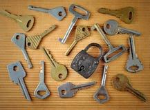 葡萄酒生锈的挂锁和老钥匙的汇集 免版税库存照片