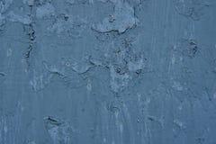 葡萄酒生锈的蓝色铁墙壁背景纹理与油漆许多层数的  免版税库存图片