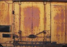 葡萄酒生锈的金属列车车箱门 库存图片