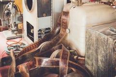 葡萄酒用于在桌上的部分的电影放映机的老设备 免版税库存照片