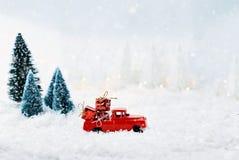 葡萄酒用圣诞节礼物装载的玩具卡车 免版税库存照片