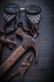 葡萄酒用工具加工锤子钳子风镜钳位 免版税库存图片