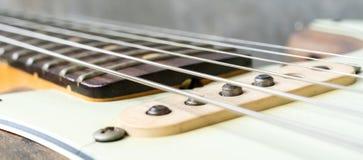 葡萄酒电吉他串和提取 免版税库存照片