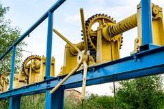 葡萄酒电梯齿轮,绞盘,缆绳,背景的,产业大齿轮 免版税图库摄影